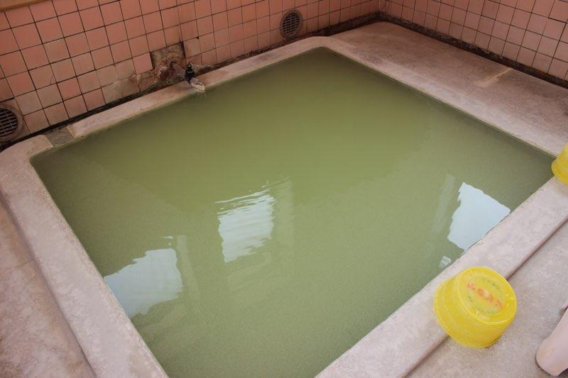 色付き温泉は、湧き出るときは無色透明だった!?